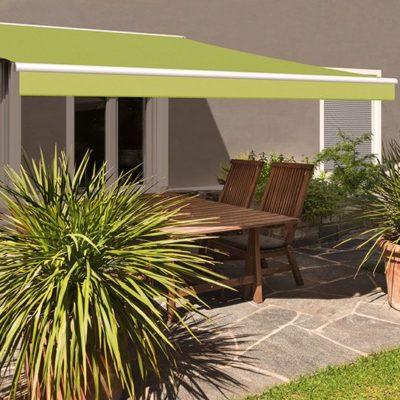 Grüne Markise auf einer Terrasse