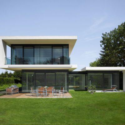 Außenjalousien an einem modernen Haus