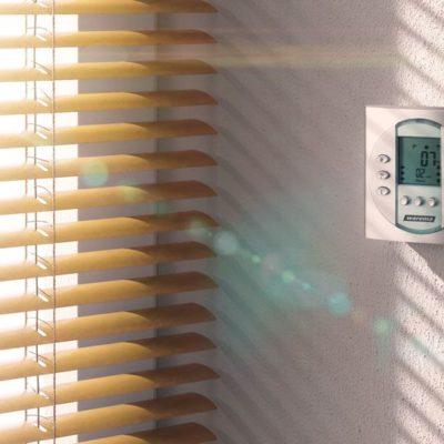 Eine innenliegende Jalousie von Warema regelt den Lichteinfall